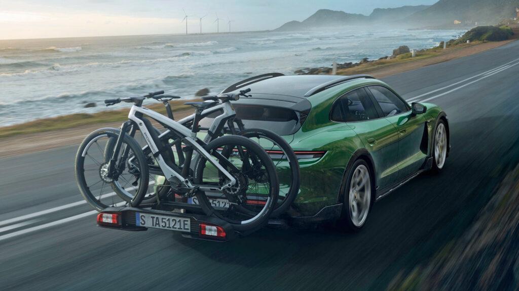 """E-Bike als """"Einstiegsdroge""""  Wer erst einmal das Erlebnis des lautlosen wie kraftvollen Fahrens mit Elektroantrieb erlebt hat, mag davon nicht lassen - auf dem Fahrrad wie beim Autofahren. Die Begeisterung für ein E-Bike überträgt sich auch leicht auf ein E-Auto. Foto: Porsche"""