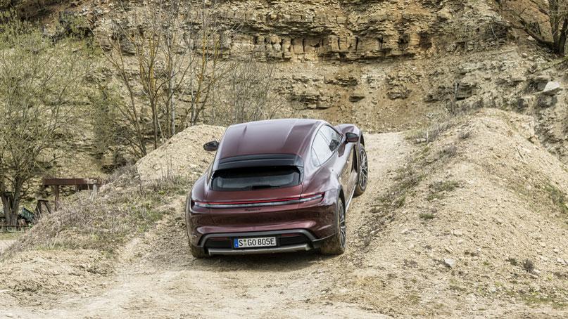 In einem Steinbruch zeigt der Taycan Cross Turismo, dass er die Kategoriebezeichnung Cross Utility nicht zu Unrecht trägt und sich auch auf Schotter wohl fühlt. Foto: Porsche
