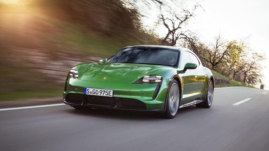 Luftfederung und Allradantrieb serienmäßig  Die Bodenfreiheit des Porsche Taycan Cross Turismo (hier in der Ausführung Turbo S) lässt sich auf Knopfdruck vergrößern - für kleine Ausflüge ins Gelände. Foto: Porsche