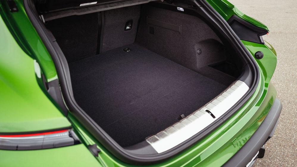 Große Klappe, viel dahinter  Der Kofferraum des Porsche Taycan Cross Turismo fasst zwischen 446 und 1212 Liter Ladevolumen - je nachdem, wie viele Personen auf der Rückbank hocken. Foto: Porsche