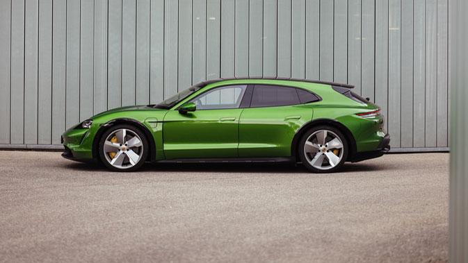 Höhere Dachlinie, steiles Heck  Der Taycan unterscheidet sich in der Version Cross Turismo schon deutlich von der Limousine. Vor allem in der Seitenansicht wird das deutlich. Foto: Porsche