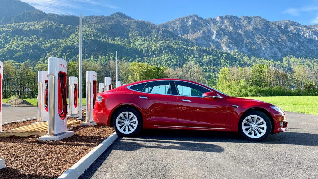 Vorbild Tesla  Der E-Auto-Pionier aus den USA hat in Europa ein Netzwerk mit inzwischen über 6000 Ladepunkten aufgebaut. Plug & Charge war hier von Anfang an Standard. Foto: Tesla