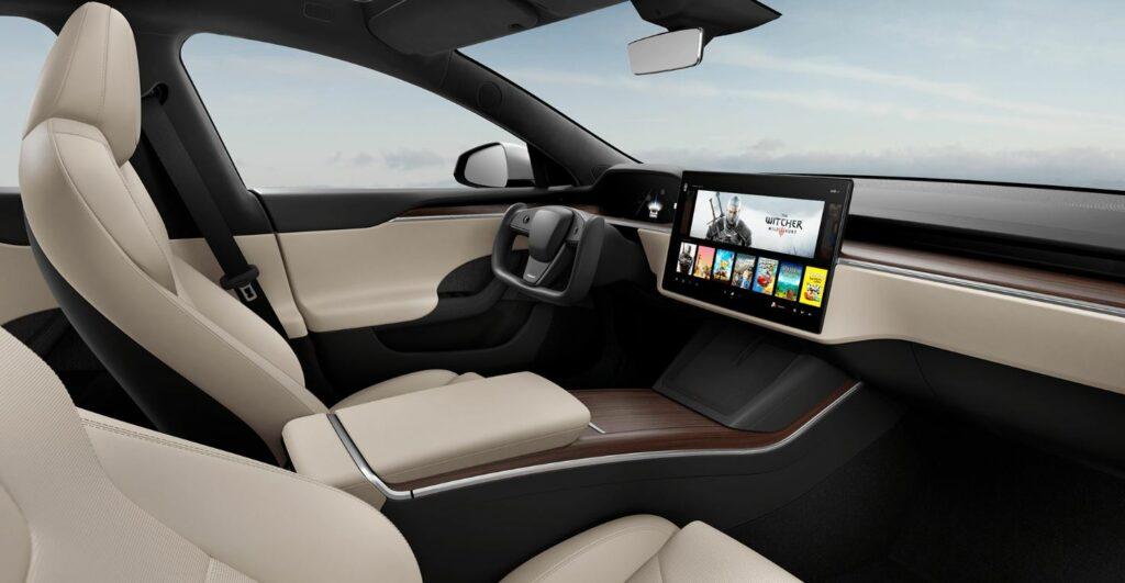 Blick in den Innenraum des neuen Tesla Model S: Das Lenkrad ist nicht mehr rund, sondern rechteckig und die Media Control Unit liegt nun quer anstatt hochkant auf dem Armaturenbrett.