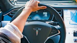 Tesla-Fahrer fürchten sich vor einem schwarzem Autodisplay im Tesla Model S und Tesla Model X der älteren Generation.