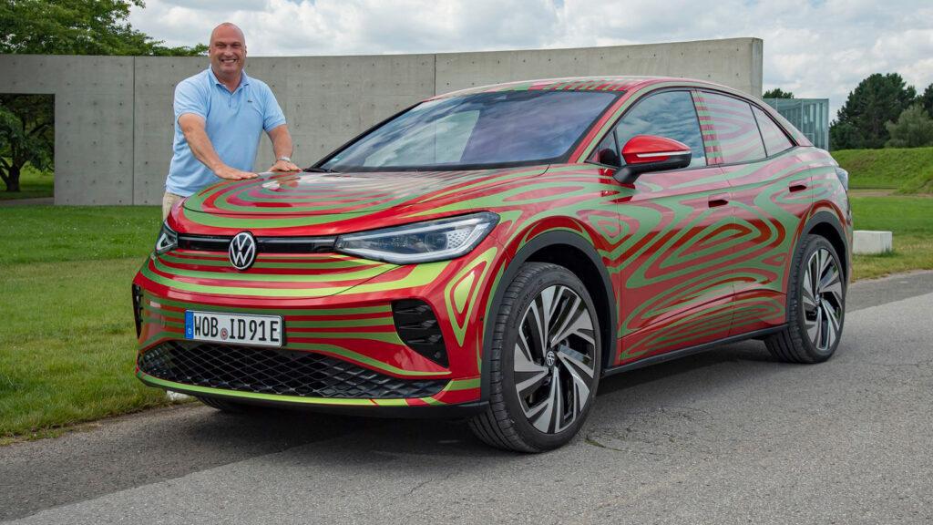 Streifenwagen  Autor Wolfgang Gomoll mit dem Prototypen des VW ID.5 GTX auf dem Gelände der ehemaligen NATO-Raketenstellung Hombroich bei Neuss - heute ein Museum für zeitgenössische Kunst. Foto: Volkswagen