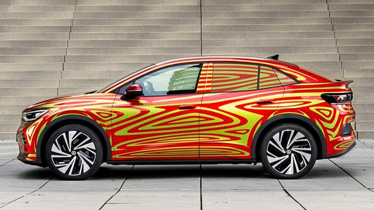 Stufenlösung  Der VW ID.5 GTX (hier noch als Prototyp im Tarnkleid) verspricht mit einem Heckspoiler und einer coupehaften Dachlinie viel Sportlichkeit. Ein ID.4 bietet allerdings die gleichen Fahrleistungen - und aufgrund der Karosserieform mehr Ladehöhe. Foto: VW