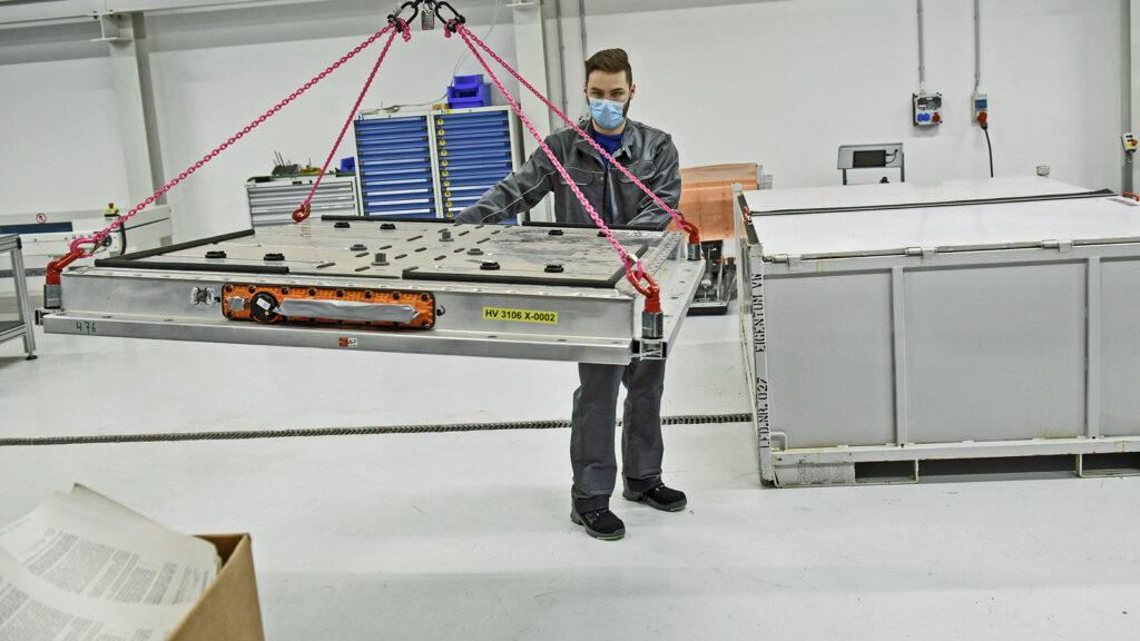 Im VW-Werk Salzgitter wird der Akkupack eines Elektroautos zum Recycling transportiert.