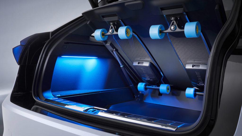 Elektrisch auch auf der letzten Meile: Im Kofferraum des Space Vizzion hat Volkswagen Halter für zwei E-Longboards montiert. Foto: Volkswagen