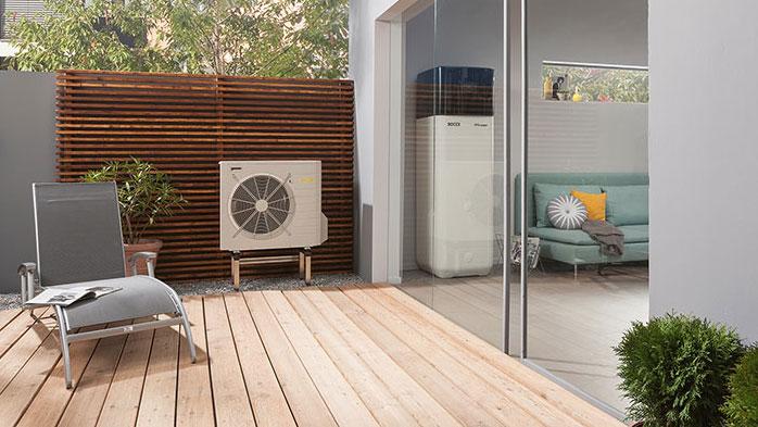 Der Sommer kann kommen  Luft-Wasser-Wärmepumpen lassen sich auch zum Kühlen von Wohnräumen nutzen. Einige besitzen bereits serienmäßig über eine integrierte Kühloption - und ziehen bei Bedarf die warme Luft aus dem Gebäude heraus. Foto: Rotex