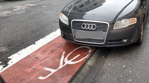 """Stuttgarter packen """"scheiße parkende"""" Autos in Folie ein"""