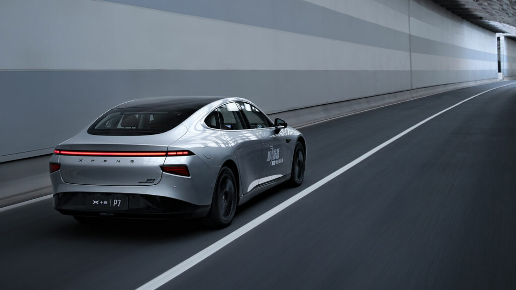 Das Elektroauto P7 des chinesischen Herstellers XPeng sieht Licht am Ende des Tunnels und kommt dem Tesla Model S antriebs- und leistungstechnisch immer näher.