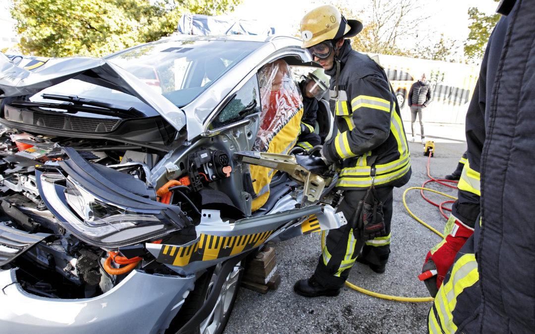 Frag den Feuerwehrmann: Wie gefährlich sind Elektroautos beim Unfall?