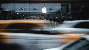 Autoverkehr vor einem Apple-Store