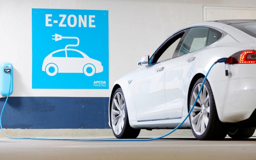 Parkhäuser werden zu   Lade-Hubs für Elektroautos