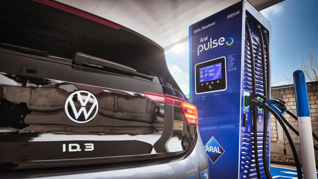Benzin und Strom unter einem Dach Bis 2030 will BP/Aral an seinen Tankstellen weltweit 70.000 Schnellladepunkte errichten. Die Kooperation mit Volkswagen ist für den Mineralölkonzern nur ein Anfang. Foto: Aral
