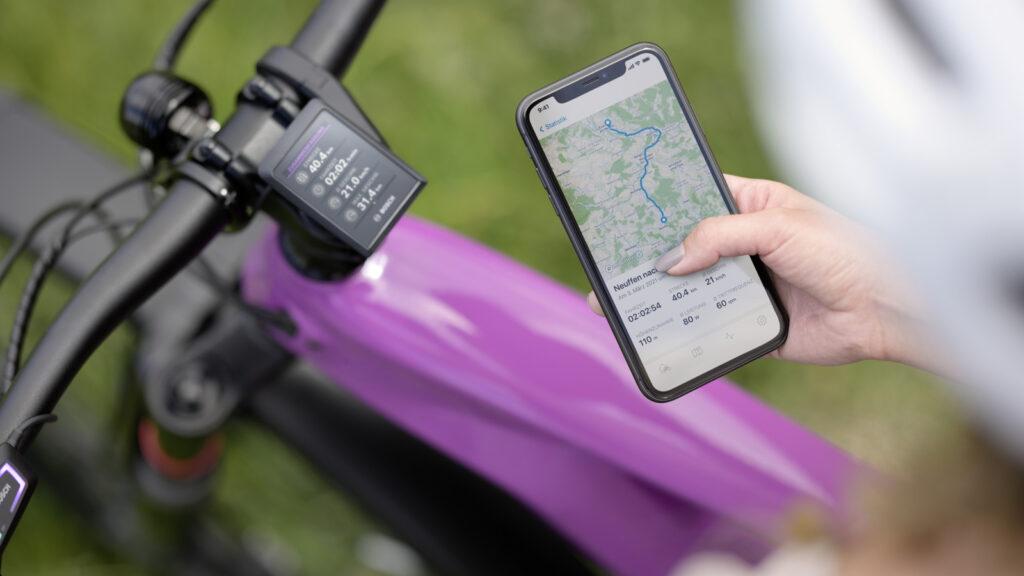 Voll vernetzt über Land  Die neueste E-Bike-Generation vernetzt den elektrischen Antrieb über das Disyplay mit dem privaten Smartphone. Was nicht nur die Navigation auf unbekanntem Terrain deutlich  erleichtert. Foto: Bosch