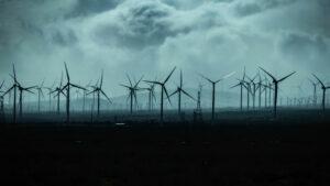 Offshore-Windpark vor düsterem Himmel