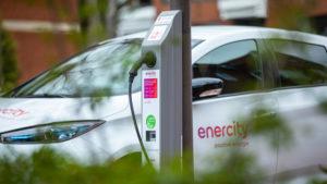 Straßenlaterne wird zur Ladesäule für die Elektromobilität
