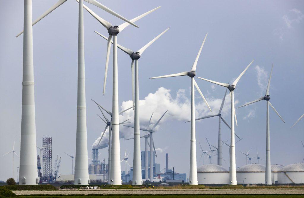 Windmühlen vor Kohlekraftwerk