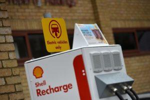 Als Shell Recharge verschafft New Motion, Fahrern von Elektroautos aktuell den Zugang zu über 155.000 öffentlichen E-Ladestationen.