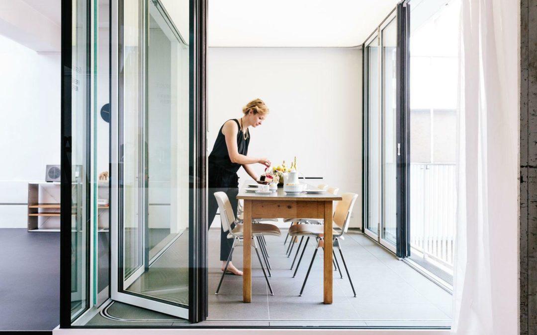 Flissade: Das Wohnzimmer zum Balkon machen