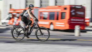 E-Biker in der Stadt