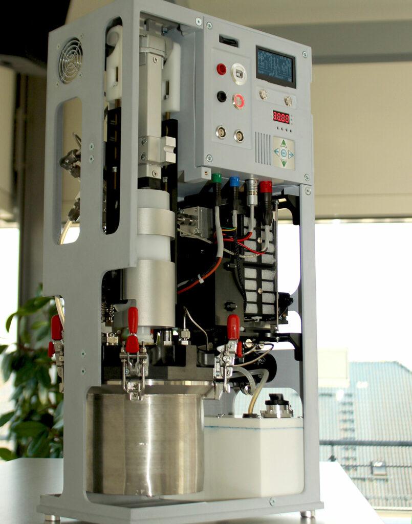 Demonstrator eines Stromgenerators mit eingelegter POWERPASTE-Kartusche und 100 W-PEM-Brennstoffzelle. Foto: Fraunhofer IFAM