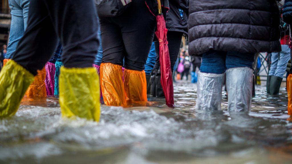 Passanten im Hochwasser