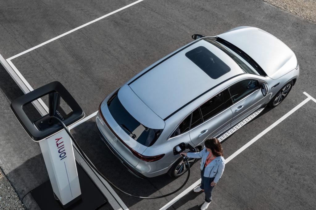 Der neue Mercedes-Benz EQC an Ladesäule von Ionity