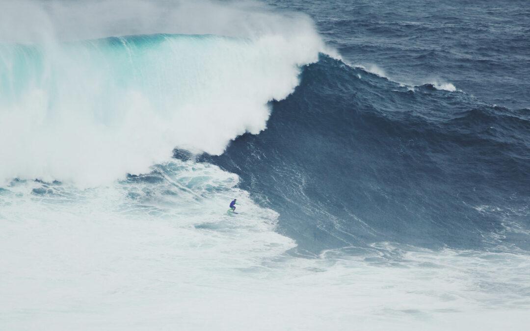 Die Kraft der Wellen rollt langsam an
