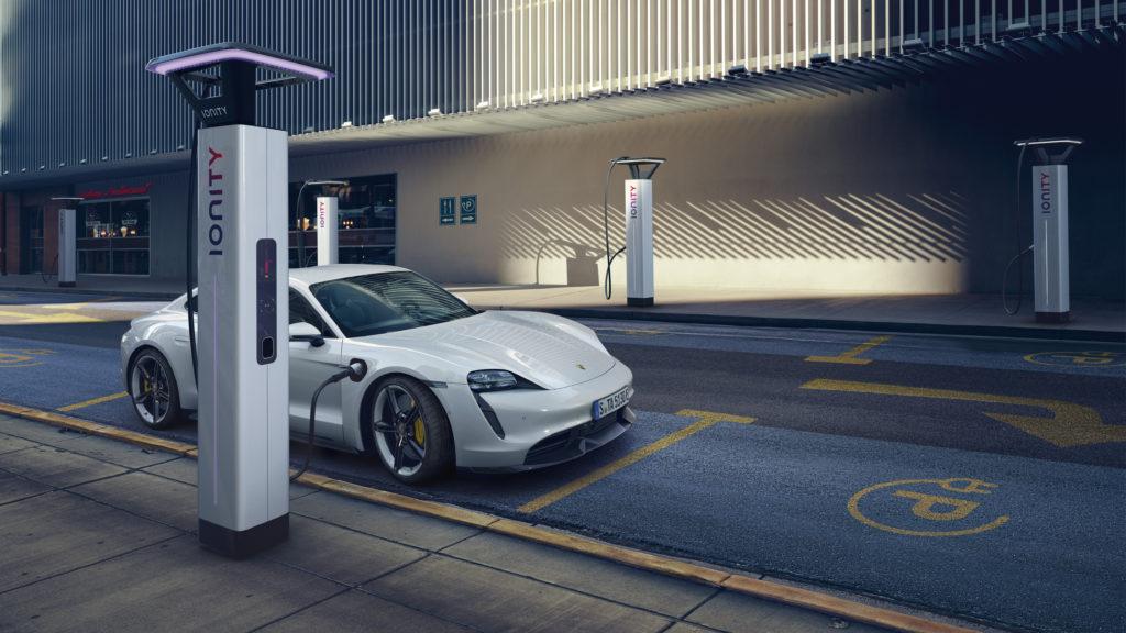 Der neue Porsche Taycan an der Ladesäule