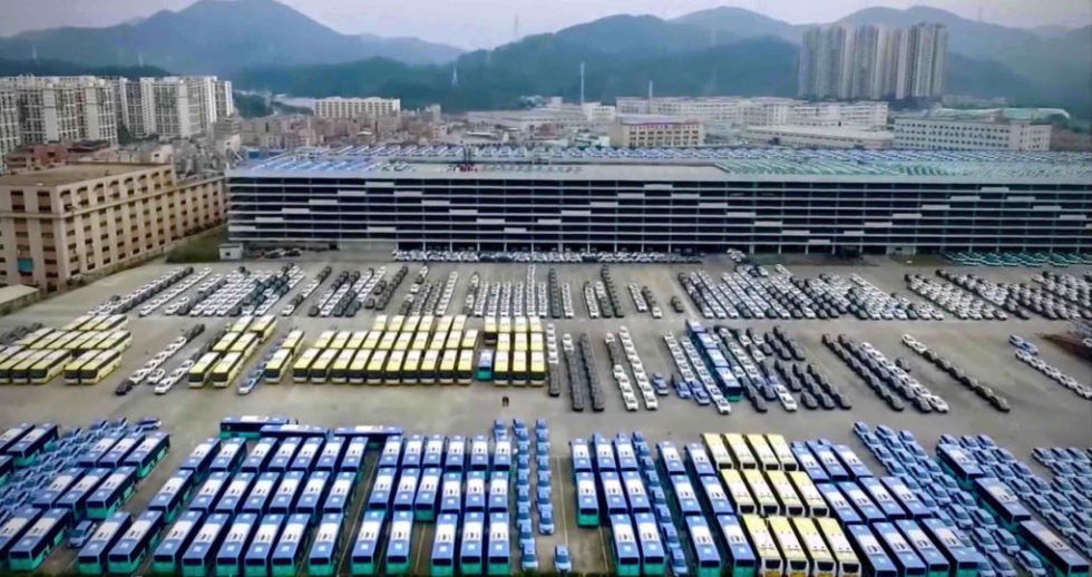 Elektrobusse in Reih' und Glied Im Depot der Shenzhen Bus Group warten die elektrischen City- und Überlandbusse auf ihren nächsten Einsatz. Foto: BYD