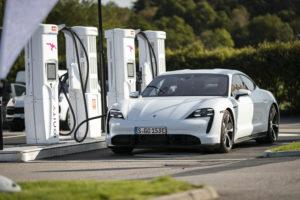 In nur fünf Minuten kann der neue Porsche Taycan Energie für 100 Kilometer Fahrstrecke aufnehmen.