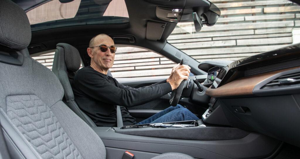 Hier lässt es sich aushalten  Autor Wolfgang Eschment hinter dem Steuer des Audi e-tron GT. Foto: Audi