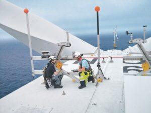 Wartung eines Windkraftwerks auf hoher See