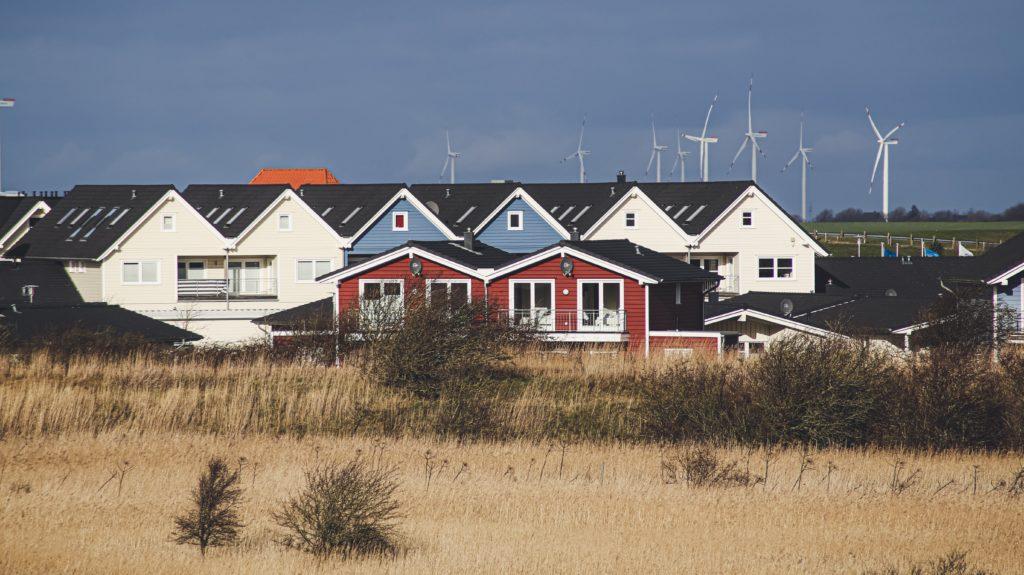 Windräder und Häuser