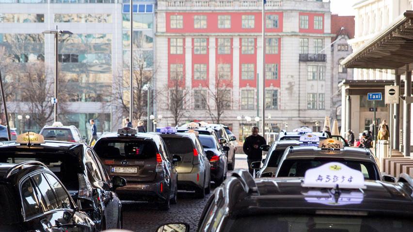 Elektro-Taxen laden in Oslo ganz schnell und ohne Kabel